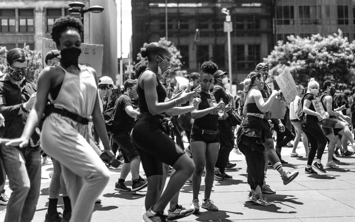 Какво общо има танцът с политиката?